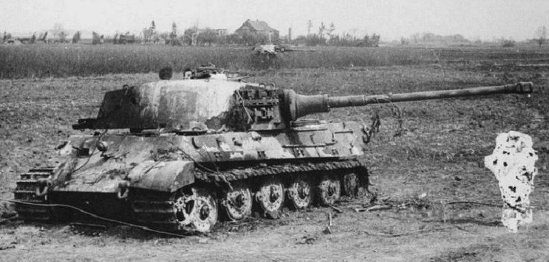 Танки «Королевский тигр» Pz.Kpfw. VI Ausf. B, подбитые в поле. 1945 г.