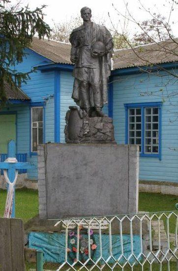 с. Жоведь Сновского р-на. Братская могила 68 воинов, погибших при освобождении села.