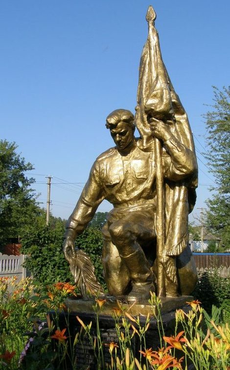 с. Пакуль Черниговского р-на. Братская могила у школы воинов, погибших при освобождении села.