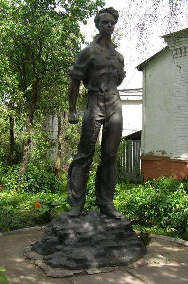 г. Прилуки. Памятник Герою Советского Союза Кошевому О.В. установленный в 1979 году на территории музея О.В.Кошевого.