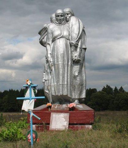 с. Загребельная Слобода Сновского р-на. Памятник, установленный в 1982 году на братской могиле мирных жителей, сожженных немцами в марте 1943 года.