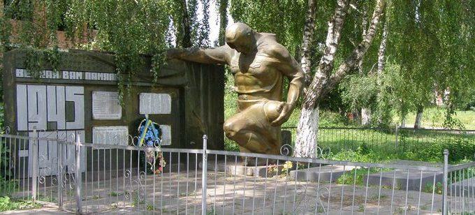 с. Петрушин Черниговского р-на. Братская могила воинов, погибших в боях за село и памятный знак 168 погибшим односельчанам.