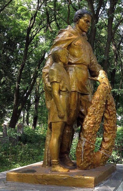 г. Прилуки. Братская могила советских воинов, погибших при обороне города в сентябре 1941 года.и могила 3 летчиков, погибших в воздушном бою 6 июля 1944 года.