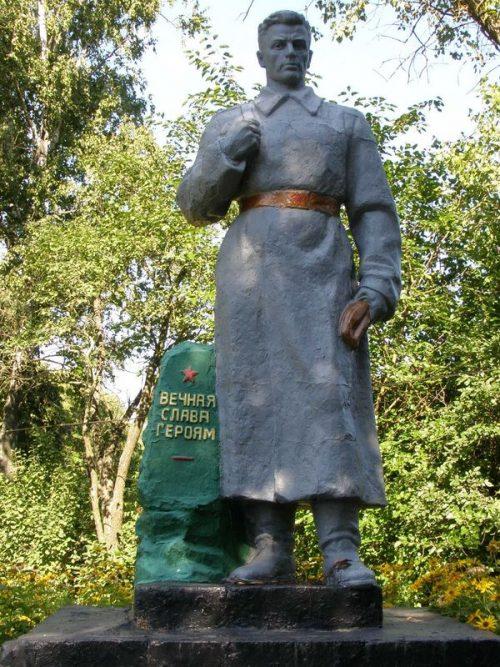 с. Низковка Сновского р-на. Братская могила воинов, погибших в боях за село.