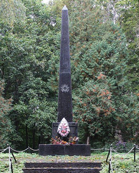 с. Роище Черниговского р-на. Памятник возле школы, установленный в 1964 году на братских могилах 43 советских воинов, погибших в годы войны.