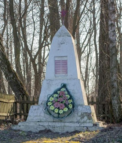 с. Рудка Черниговского р-на. Братская могила 7 воинов, павших при освобождении села 24 сентября 1943 года.
