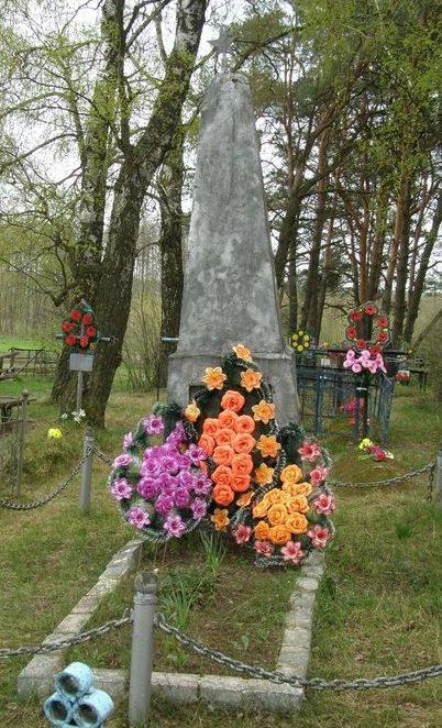 с. Новые Боровичи Сновского р-на. Братская могила 20 воинов, погибших при освобождении села.