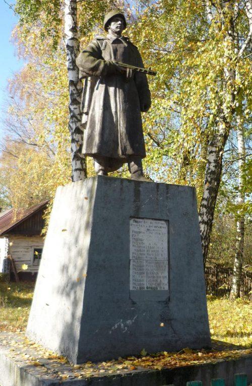 с. Петровка Сновского р-на. Памятник на территории школы, установленный в 1953 году на братской могиле советских воинов, погибших при освобождении села.