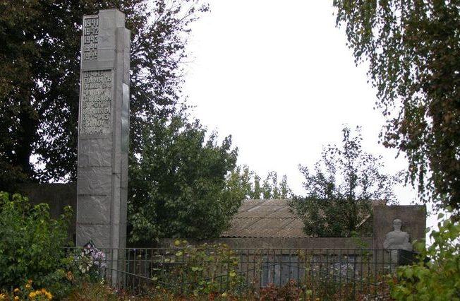 с. Селянская Слобода Черниговского р-на. Памятник погибшим односельчанам.