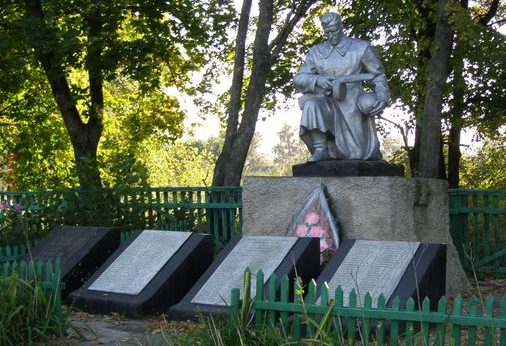 с. Серединка Черниговского р-на. Памятник, установленный в 1967 году на братской могиле воинов, погибших при освобождении села и памятный знак погибшим землякам.