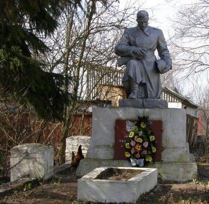с. Скоренец Черниговского р-на. Памятник, установленный в 1957 году на братской могиле воинов, погибших при освобождении села в 1943 году.