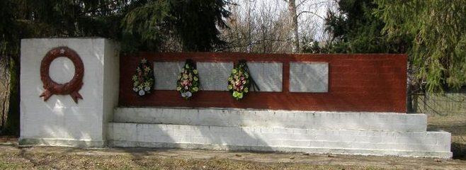 с. Скоренец Черниговского р-на. Памятник погибшим односельчанам, установленный в 1967 году.