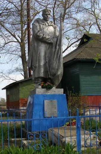 с. Смяч Сновского р-на. Памятник, установленный в 1955 году на братской могиле воинов, погибших при освобождении села.