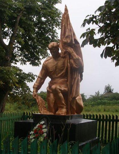 с. Слабин Черниговского р-на. Памятник, установленный в 1957 году на братской могиле, в которой похоронено 9 неизвестных воинов, погибших при освобождении села 19 сентября 1943 году.