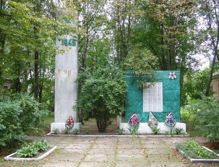 с. Слобода Черниговского р-на. Памятник погибшим односельчанам, установленный в 1980 году.