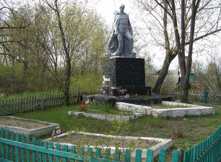 г. Сновск (Щорск). Памятник у братских могил советских воинов на старом городском кладбище.