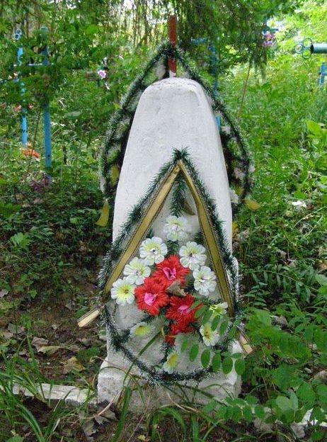 с. Слобода Черниговского р-на. Братская могила воинов, погибших при обороне села в 1941 году.
