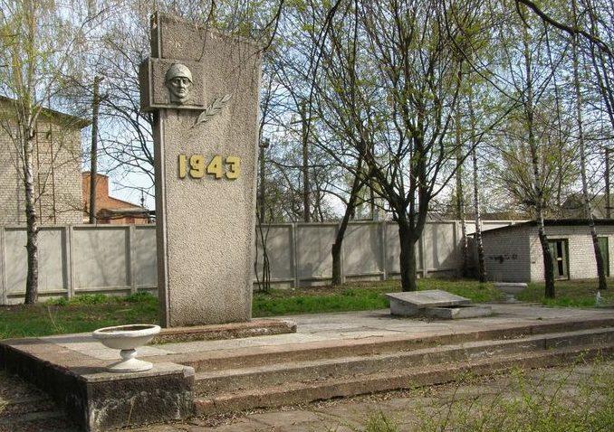 г. Сновск (Щорск). Памятник возле железнодорожного переезда, установленный в 1975 году на братской могиле воинов, погибших при освобождении города. Архитектор - А. Бохан.
