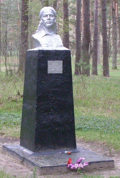 г. Сновск (г. Щорск). Могила подпольщицы Нины Сагайдак в лесопарке, расстрелянной фашистами в мае 1943 года.