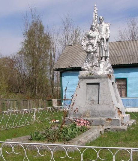 с. Старая Рудня Сновского р-на. Памятник, установленный в 1955 году на братской могиле воинов, погибших при освобождении села.