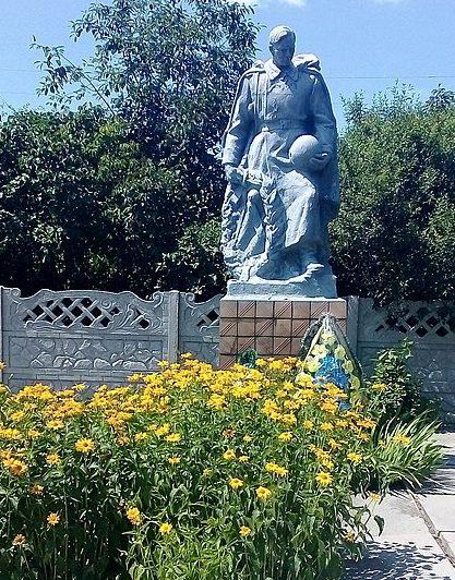 с. Топчиевка Черниговского р-на. Памятник, установленный в 1980 году на братской могиле, в которой похоронено 3 воина, погибших при боях за село в 1943 году и памятный знак погибшим односельчанам.