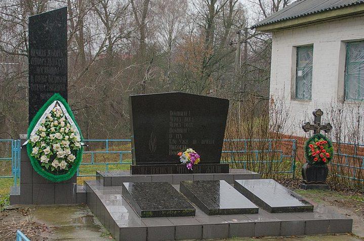 с. Трисвятская Слобода́ (с. Радянская Слобода) Черниговского р-на. Братская могила заживо сожженных в 1942 году 11 мирных жителей и памятный знак односельчанам, погибшим на войне.