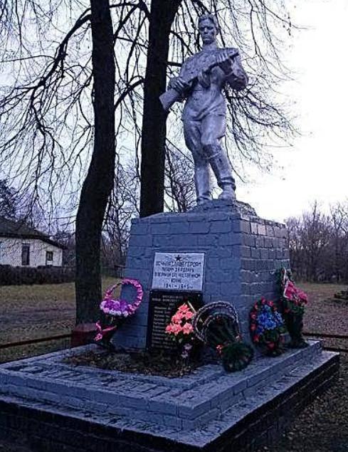 с. Турья Сновского р-на. Памятник, установленный на братской могиле воинов.
