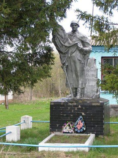 с. Хотуничи Сновского р-на. Памятник, установленный в 1958 году на братской могиле, в которой похоронено 16 советских воинов, погибших при освобождении села 22 сентября 1943 года.