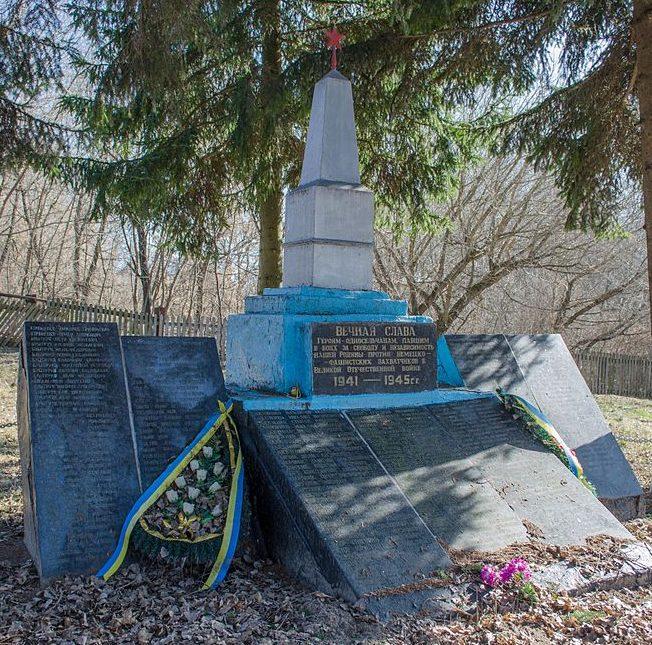 с. Халявин Черниговского р-на. Памятник погибшим односельчанам, установленный в 1966 году.