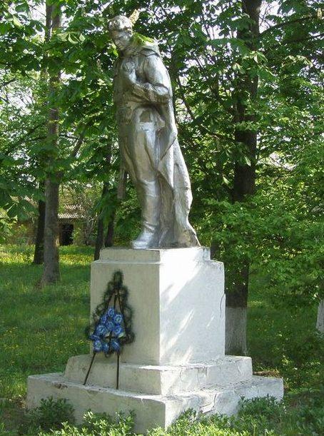 с. Хмельница Черниговского р-на. Памятник воинам-освободителям села.