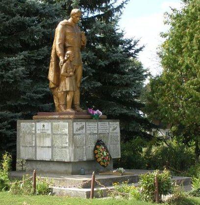 с. Черныш Черниговского р-на. Братская могила воинов, погибших при освобождении села и памятный знак погибшим односельчанам.