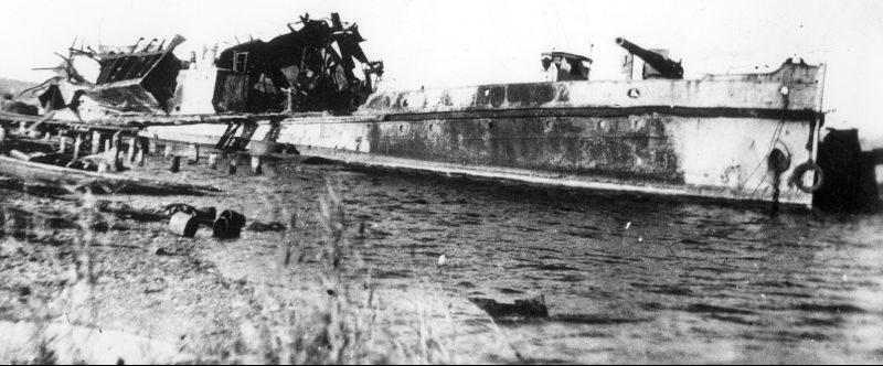 Канонерская лодка Азовской военной флотилии «Дон», взорванная в Темрюке. 1942 г.