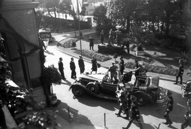 Адольф Гитлер у автомобиля «Mercedes-Benz 770-K.» Бад-Годесберг, сентябрь 1938 г.