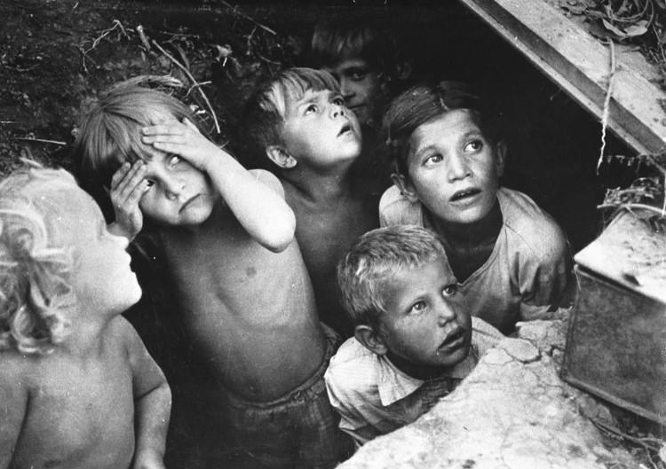 Дети прячутся от бомбящих немецких самолетов в укрытии на окраине Кишинева.