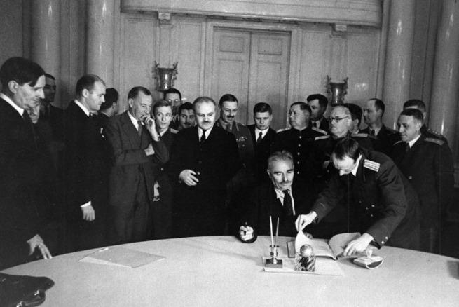 Подписание Болгарией перемирия с СССР, США и Великобританией.