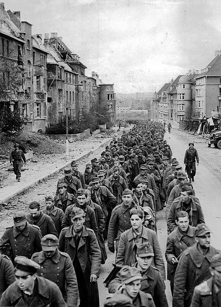 Немецкие военнослужащие, попавшие в плен во время битвы при Аахене в октябре 1944 года.