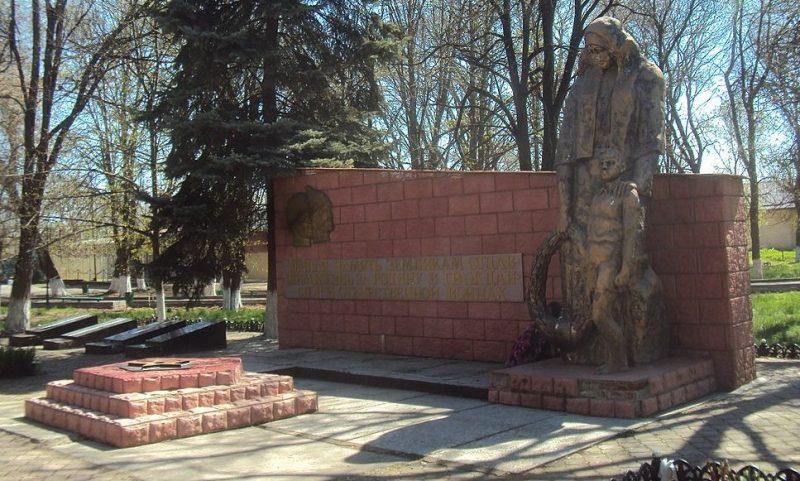 ст-ца. Александрийская Георгиевского р-на. Братская могила воинов, погибших в годы войны.