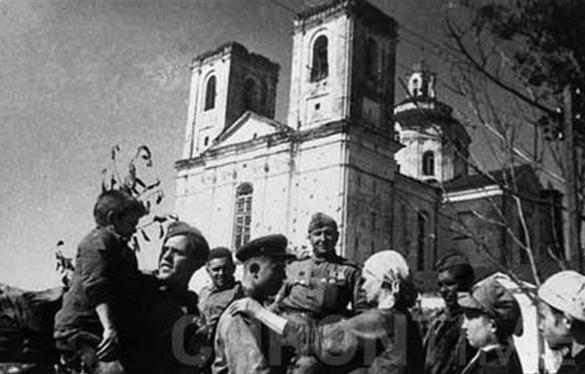 Жители города встречают освободителей. 4 июля 1944 г.