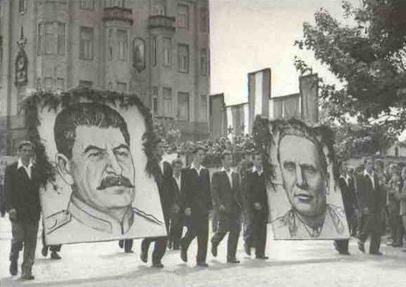 Портреты Сталина и Тито на первомайской демонстрации в Белграде.