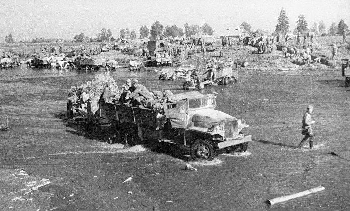 Форсирование реки Нарва советскими войсками.