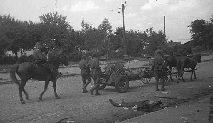Красная Армия входит в город. 28 июня 1944 г.