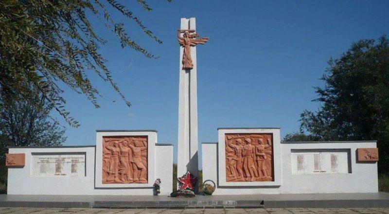 с. Бургун-Маджары Левокумского р-на. Памятник воинам, погибшим в годы Гражданской и Великой Отечественной войн.