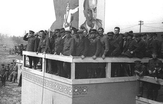 Партийное, советское и военное руководство на трибуне принимает парад.