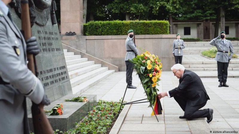 Президент ФРГ Франк-Вальтер Штайнмайер возлагает венок к мемориалу.
