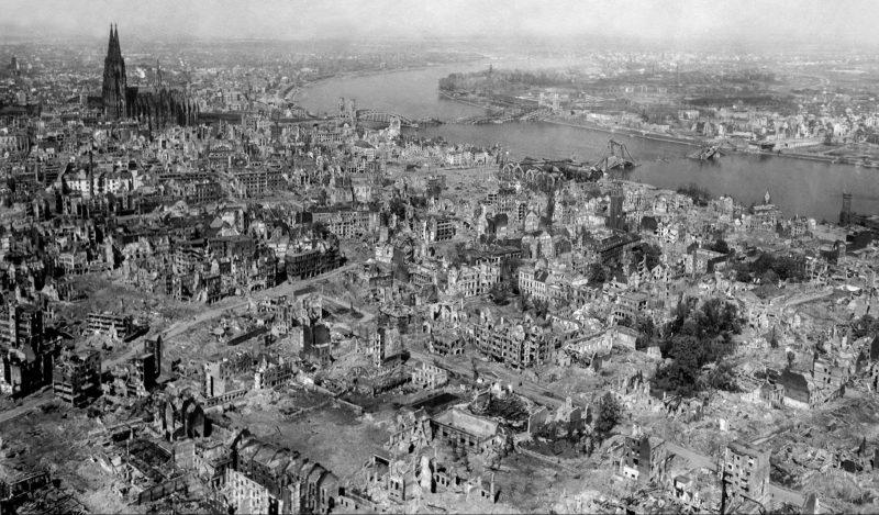 Кёльн после бомбардировки союзными ВВС. Март 1945 г.