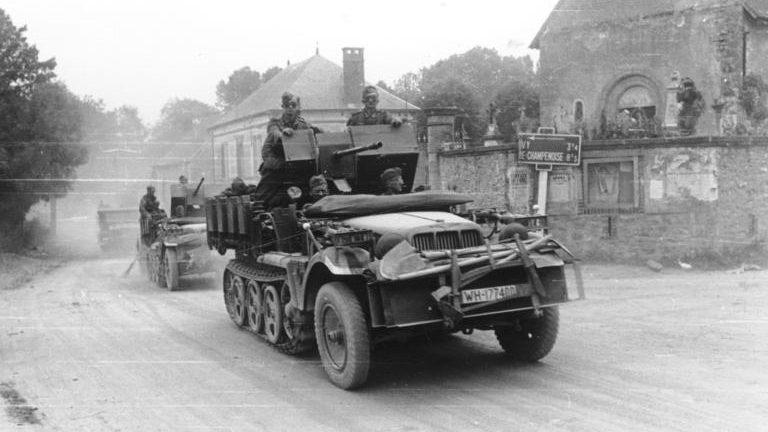 Немецкие войска во французской деревне.