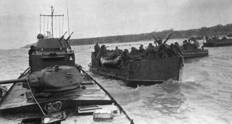 Бронекатер и тендеры Азовской военной флотилии перед высадкой десанта в порту Керчи.