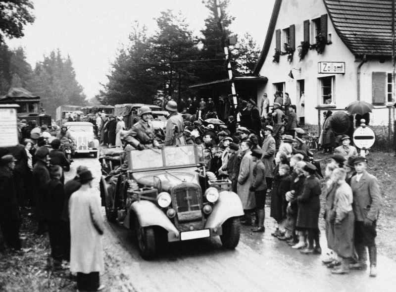 Автомобиль «Хорьх 830R» пересекает границу с Чехословакией после передачи Судетской области Германии. Октябрь 1938 г.