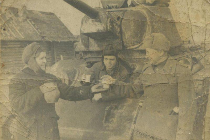 Советских танкистов встречает жительница города Дно.