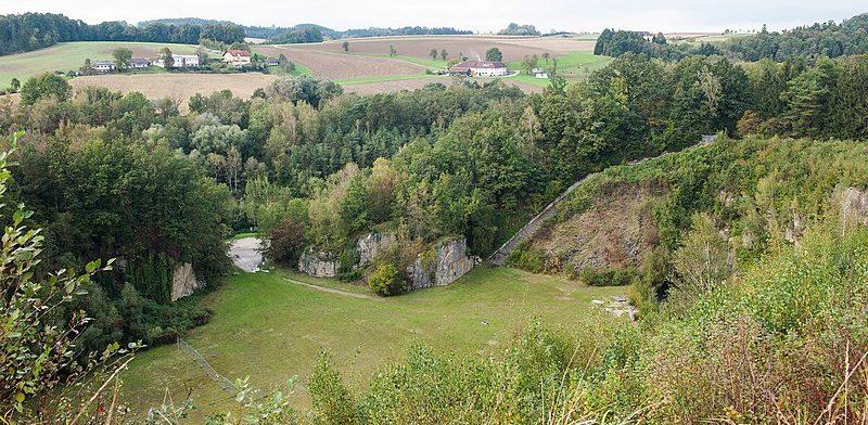 Карьер Винер Грабен и «лестница смерти» из 186 ступеней по которой заключенные несли гранит на верх - в годы войны и сегодня.
